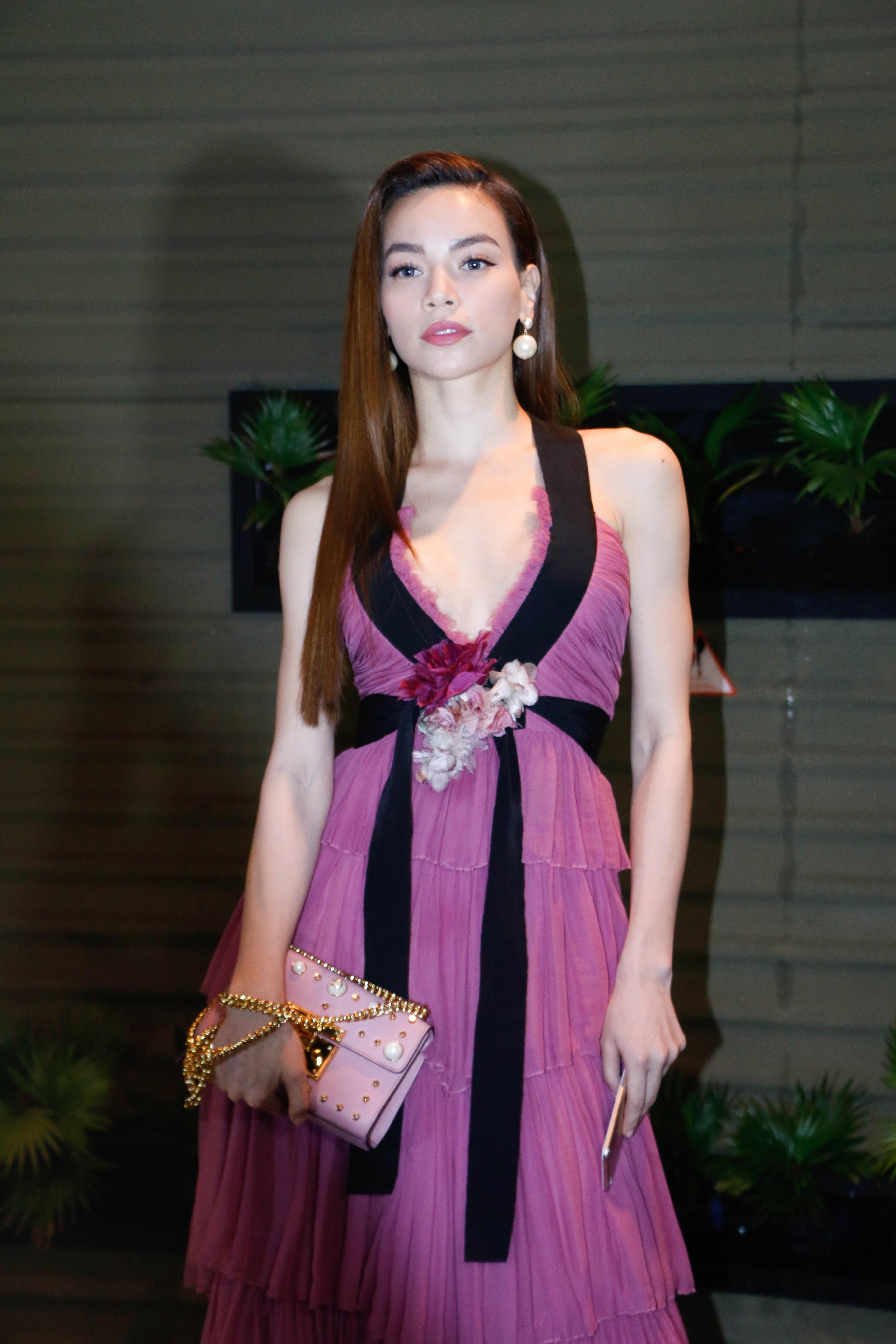 Hồ Ngọc Hà xuất hiện khá rạng rỡ trong trang phục hàng hiệu, tuy nhiên cô trông khá ốm