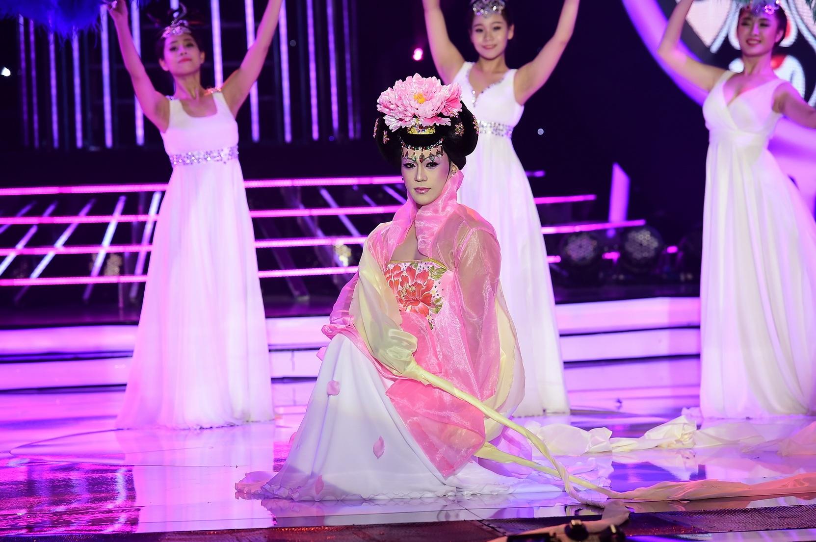 """Bất ngờ khi xem Phan Ngọc Luân """"múa lụa"""" hóa Quý Phi - 4"""