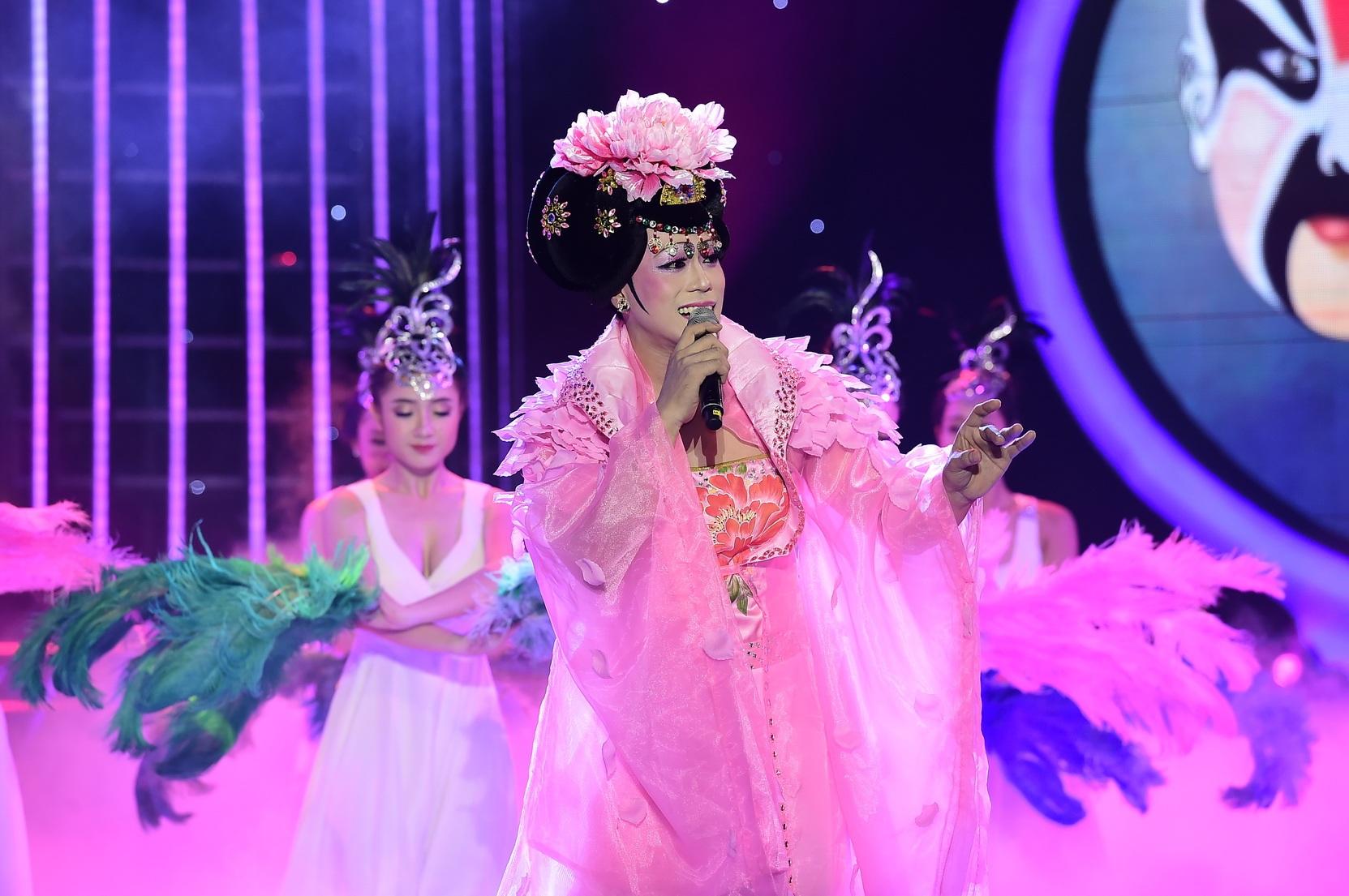 Với một quyết tâm lớn, Phan Ngọc Luân đã có phần giả gái xinh đẹp, quyến rũ và dịu dàng khiến cho khán giả và giám khảo thật sự rất bất ngờ.