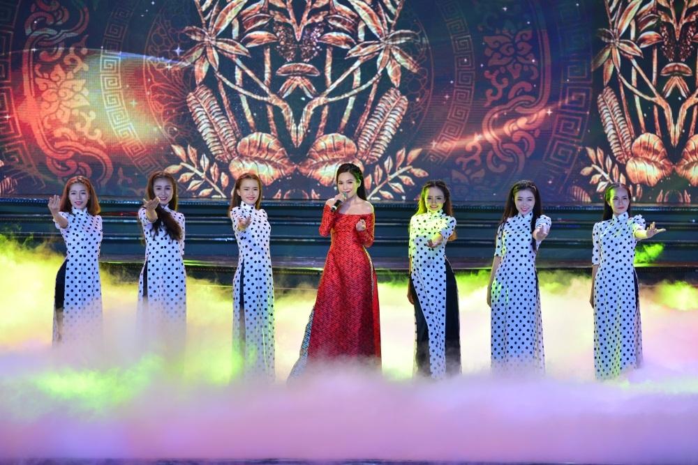 Ca sĩ Hiền Thục cũng tham gia biểu diễn trong đêm với phong cách khá dịu dàng, nữ tính với tà áo dài.