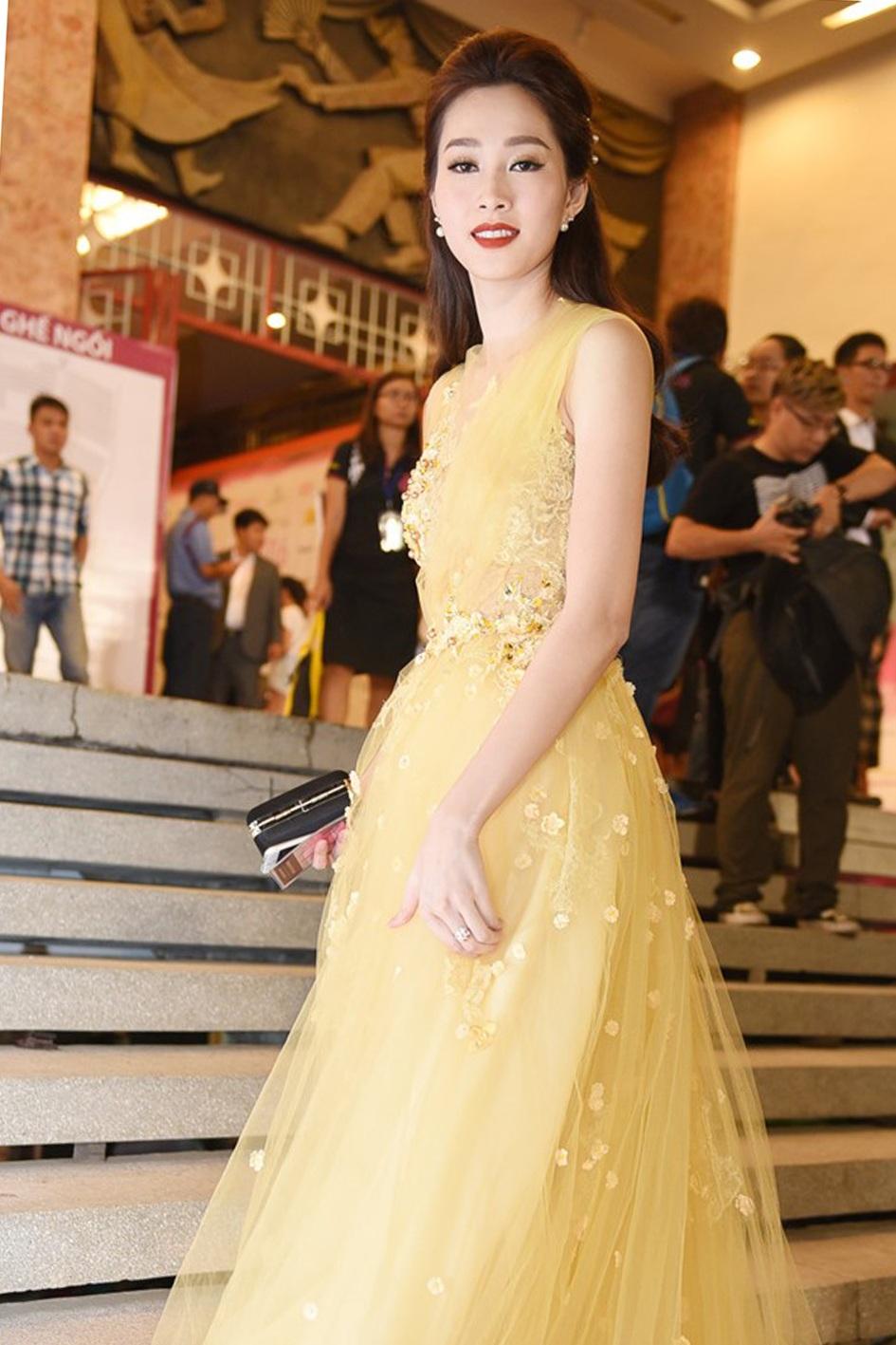 Đặng Thu Thảo là một trong những hoa hậu Việt Nam chiếm được nhiều tình cảm của khán giả bởi nét đẹp hiền lành, trong sáng.