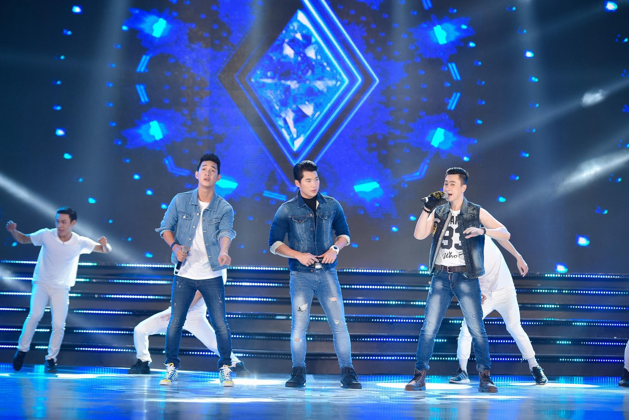3 nghệ sĩ Trương Nam Thành, Song Luân và Tùng Lâm kết hợp biểu diễn trong phần thi áo tắm của các thí sinh.