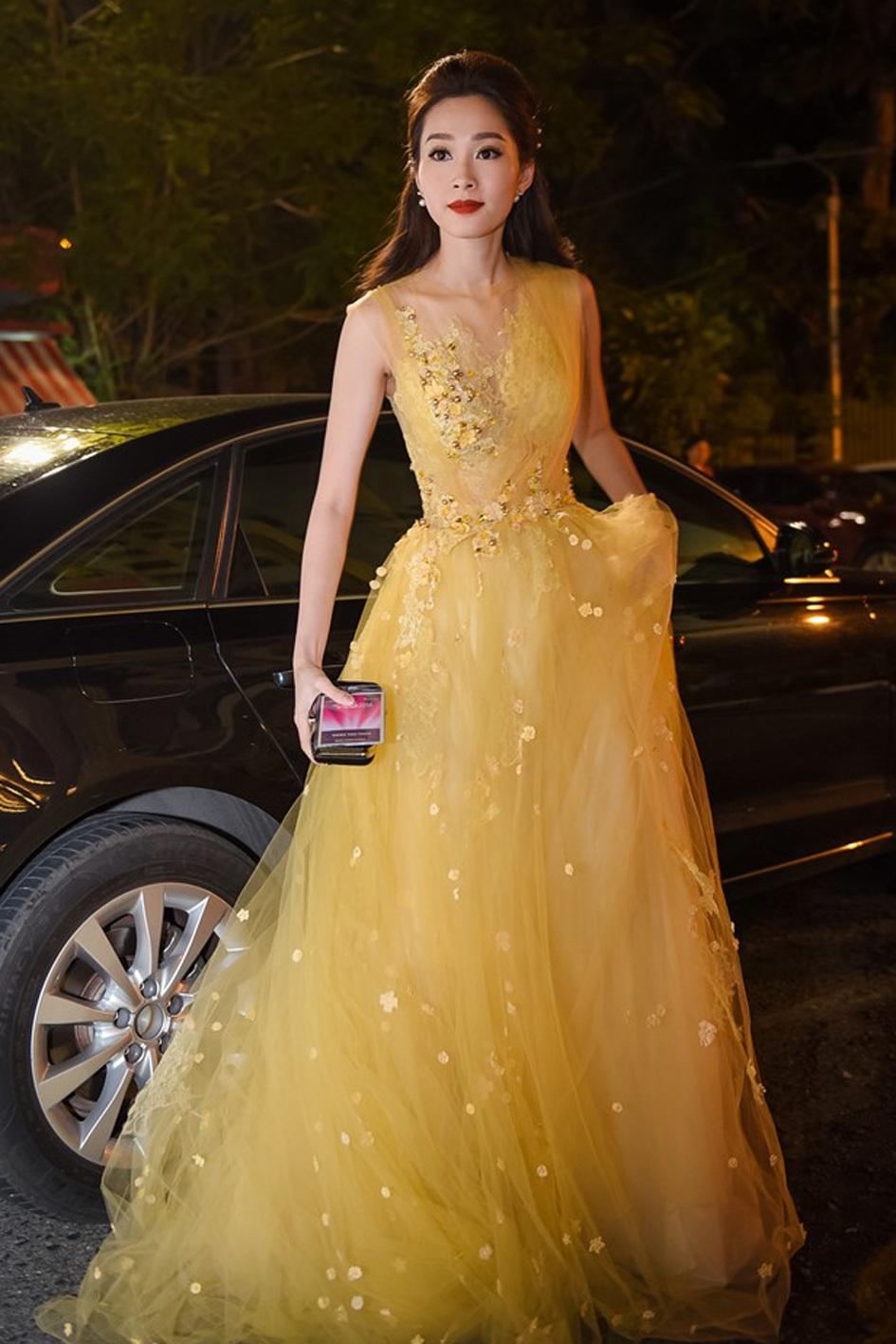 Ngay khi bước xuống xe, hoa hậu cũng đã gây chú ý với trang phục dạ hội màu sắc nổi bật