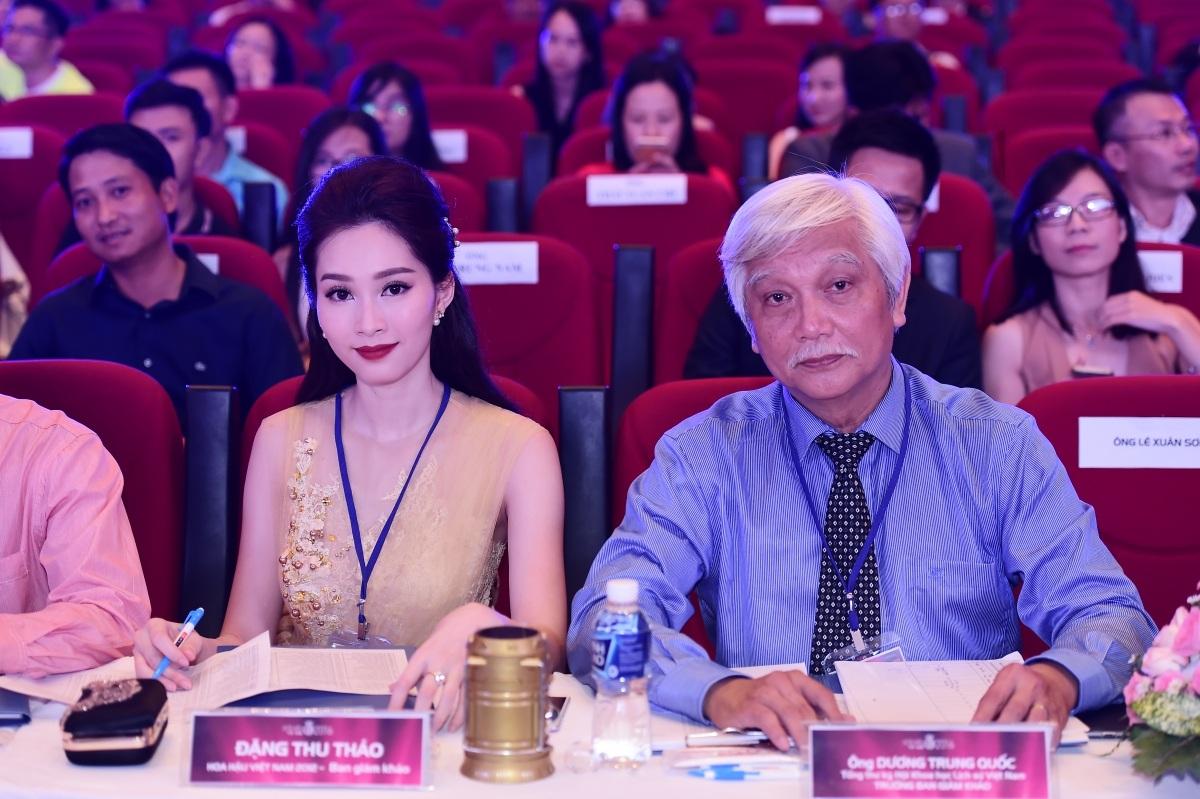 Hoa hậu Đặng Thu Thảo cùng trưởng ban giám khảo năm nay, ông Dương Trung Quốc