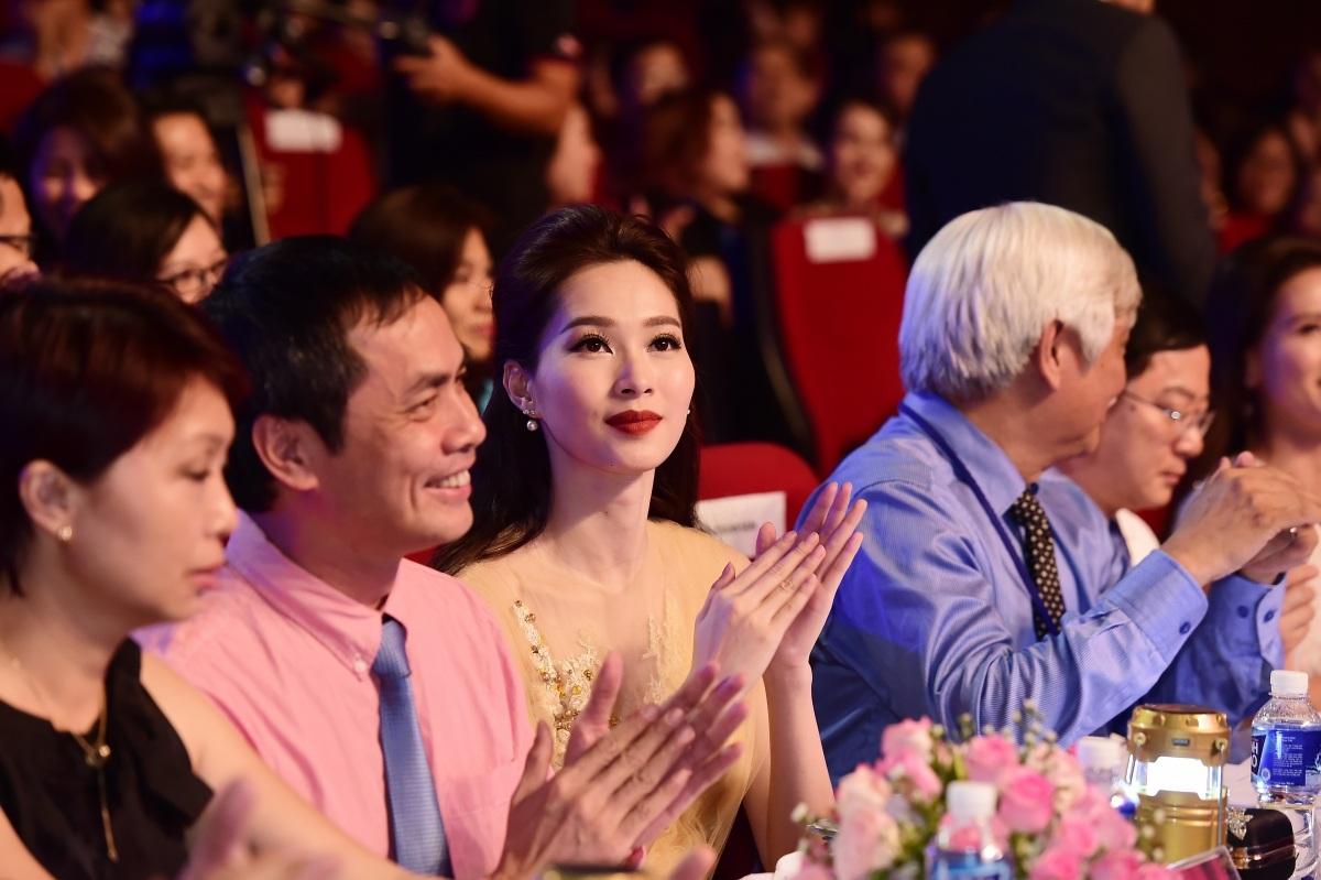 Trên ghế giám khảo, hoa hậu Đăng Thu Thảo khá chăm chú theo dõi phần thi của các thí sinh.