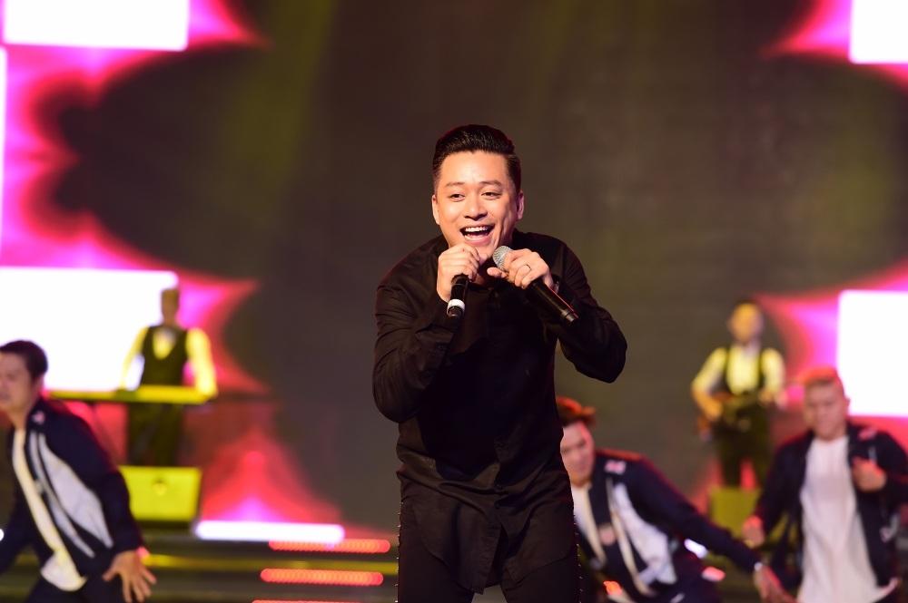 Ấn tượng hơn cả, anh cầm luôn 2 mic để hát. Tuấn Hưng có giọng hát khủng và phong cách tự tin rất thu hút