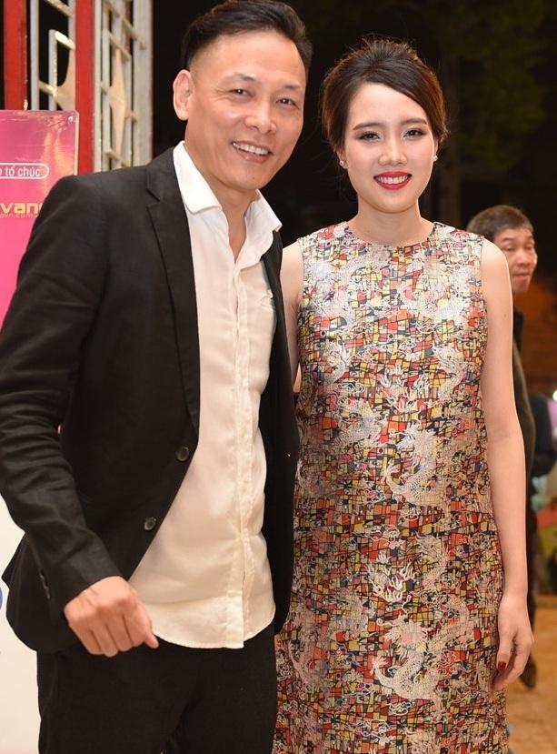 Đạo diễn Ngô Quang Hải đi cùng vợ - hotgirl Hồng Đào. Bà xã của đạo diễn diện váy áo khá rộng, kiểu dáng dành cho bà bầu.