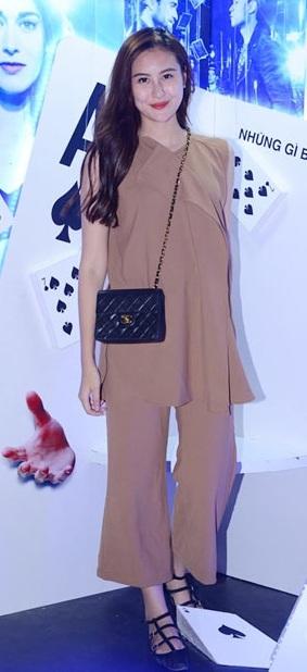 Hot girl Hà Lade mất điểm trầm trọng về gu thời trang khi xuất hiện trong trang phục tông nâu lùng nhùng, có phần lôi thôi, kém hấp dẫn trong buổi ra mắt phim.