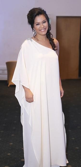 Ca sĩ Phương Vy xuất hiện trở lại sau khi sinh, nhưng cô chọn trang phục càng khiến mình trở nên tròn trịa hơn trong bộ đầm lệch vai suông rộng giấu eo, nhún bèo bản lớn.