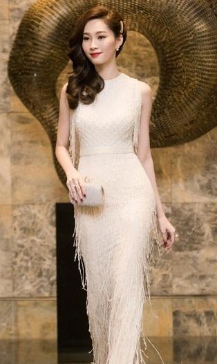 Hoa hậu Việt Nam 2012 Đặng Thu Thảo nữ tính với mẫu váy tua rua lãng mạn. Màu trắng thanh thoát giúp người đẹp thể hiện được phong cách trang nhã, thanh lịch và sang trọng của mình.
