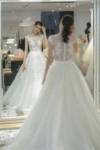 Những chiếc váy cưới phồng xòe với thiết kế trắng tinh khôi như cổ tích đúng với ước mơ của Kỳ Hân về 1 cô nàng công chúa với niềm hạnh phúc khi cưới được hoàng tử của lòng mình.