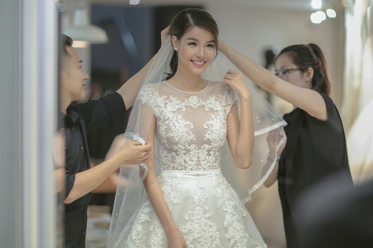 Kỳ Hân rất ưa chuộng những chiếc váy lưới gợi cảm nhằm tôn lên vóc dáng cân đối của cô.