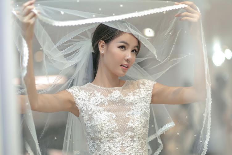 Cô người mẫu 22 tuổi đang đếm ngược từng ngày, nét mặt Kỳ Hân cho thấy cô đang hạnh phúc và phấn khởi chờ đến ngày cưới.