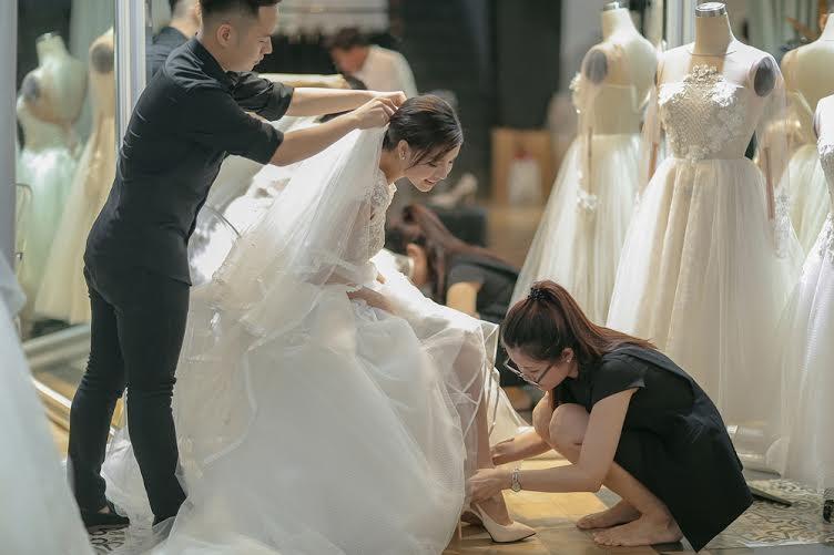 Người đẹp tranh thủ ướm giày trước khi chụp bộ ảnh cưới