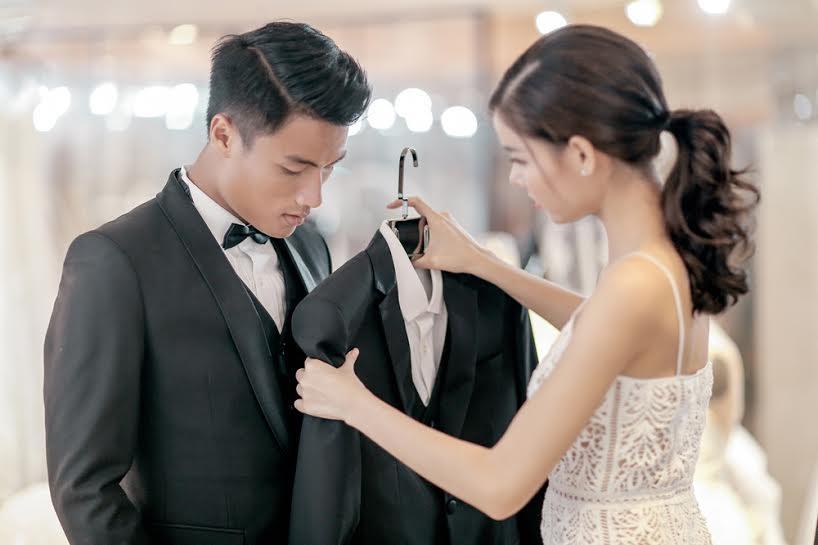 Kỳ Hân giúp ông xã tương lai chọn những bộ vest sang trọng, lịch lãm.