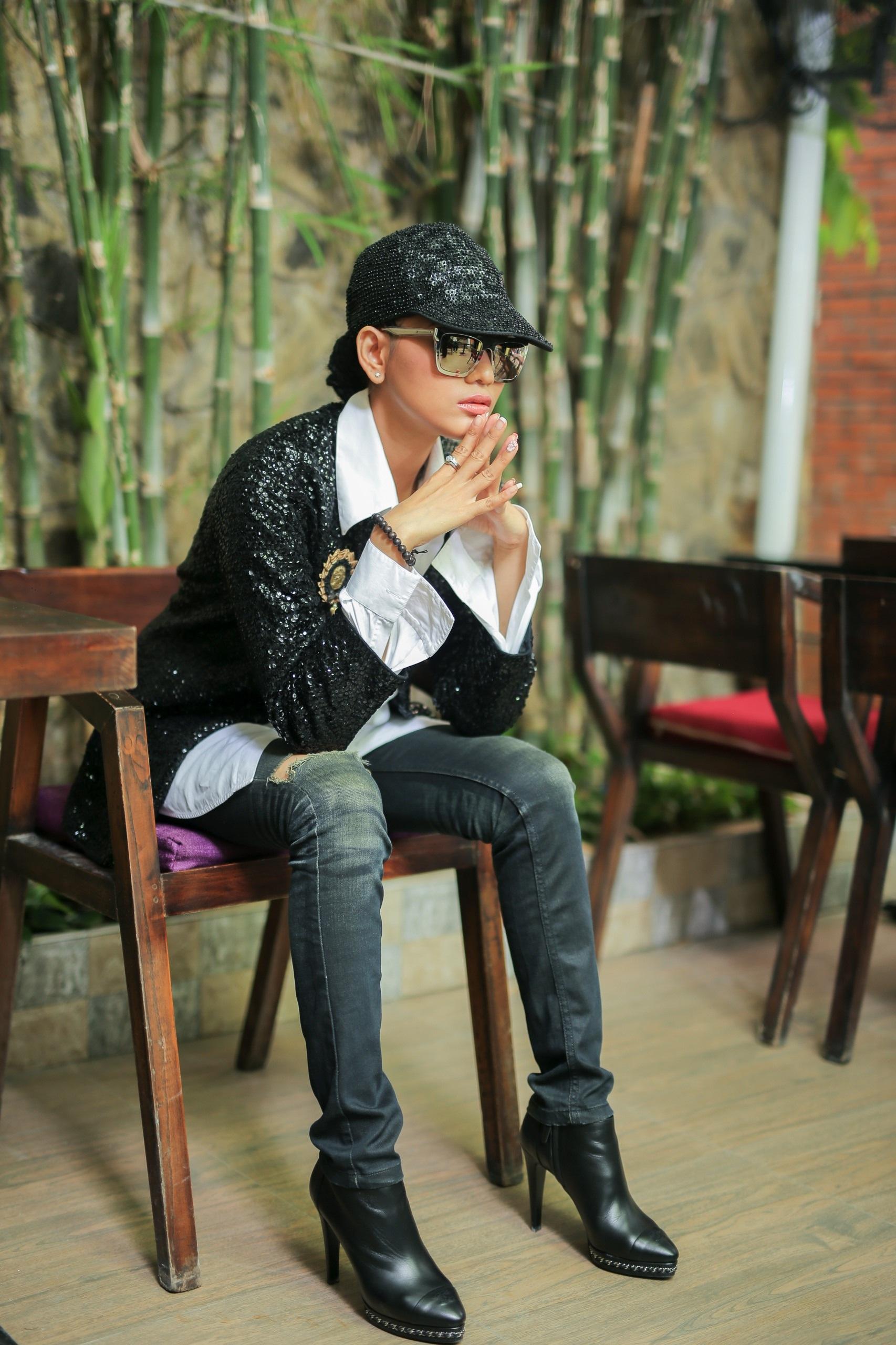 Vẻ nam tính của Trương Thị May càng được tôn thêm khi cô đội nón cùng tông đen với áo khoác.