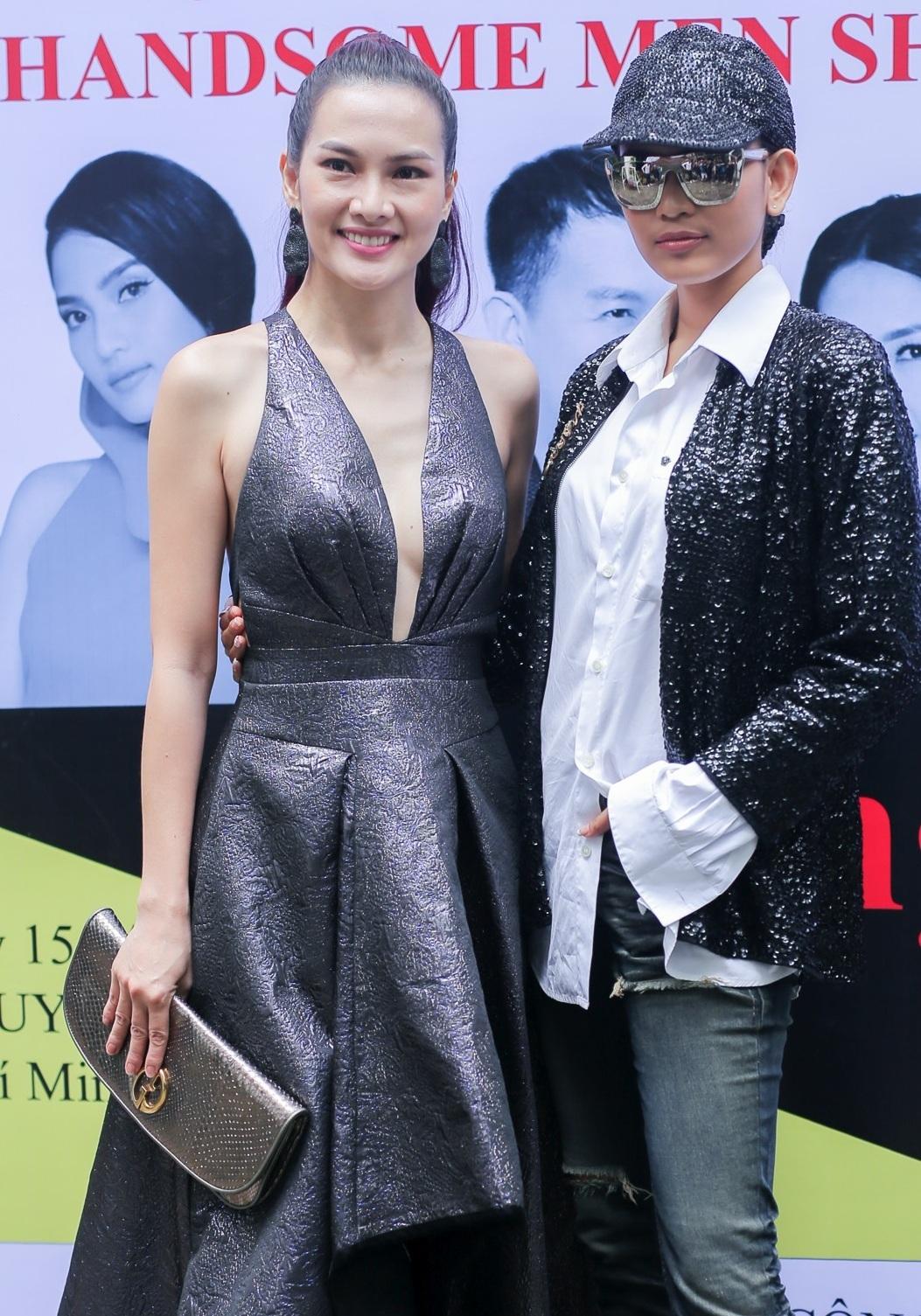 Ngược lại với phong cách của Trương Thị May, diễn viên Anh Thư gợi cảm với bộ đầm xẻ ngực táo bạo.