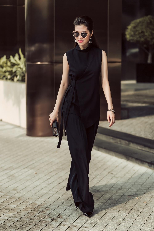 Trong ảnh, người mẫu Thu Hằng khoe dáng với áo sát nách cổ cao vạt xéo thắt eo kết hợp cùng quần ống suông mềm mại.