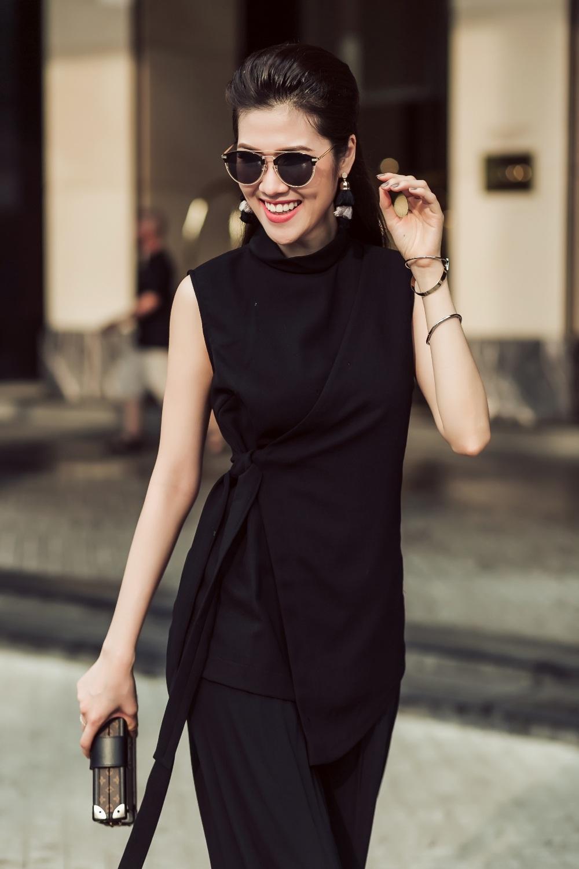 Lấy sắc đen phủ toàn bộ trang phục, Thu Hằng trở nên đầy huyền bí.