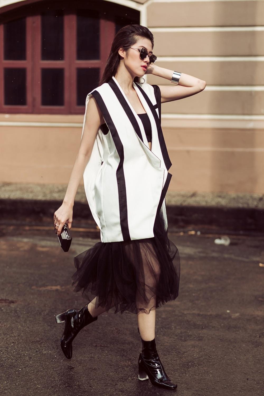 Phá cách hơn một chút, cô chọn áo quây sắc đen và chiếc đầm voan xếp lớp cùng màu nhưng Thu Hằng đã khiến bộ đồ trở nên đẳng cấp hơn khi phối áo vest trắng ôm eo được viền đen cách điệu với đôi boot cổ thấp tệp màu.