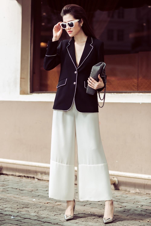 Tiếp tục là fan trung thành của quần ống suông mềm mại, phối cùng vest dáng pyjama cổ sâu khoe khéo vòng một gợi cảm.