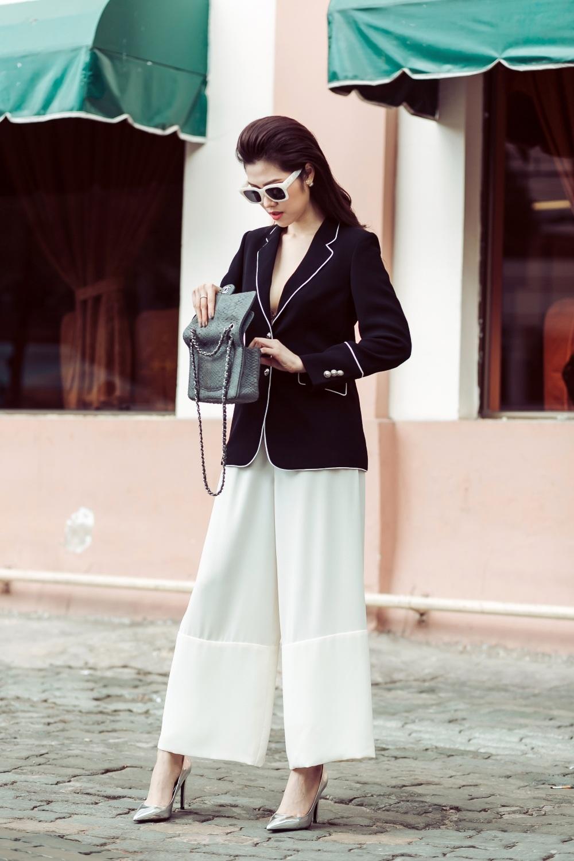 Để tạo thêm điểm nhấn cho tổng thể bộ đồ, cô cũng tinh tế chọn kính bản to ton sur ton đi cùng với túi da xám cổ điển trang nhã.