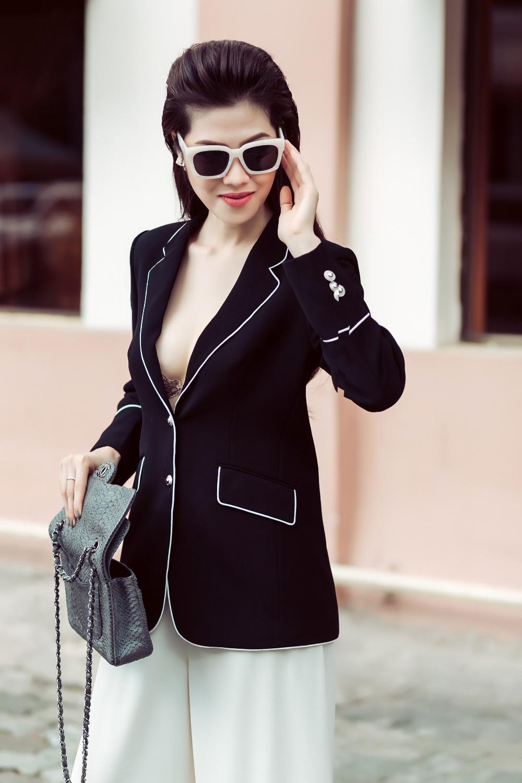 Gu thời trang đẳng cấp từ các thương hiệu nổi tiếng cùng cách mix tinh tế cộng với vóc dáng chuẩn của nàng siêu mẫu. Siêu mẫu Thu Hằng xuống phố luôn thu hút mọi ánh nhìn trong phong cách sành điệu, thời thượng.