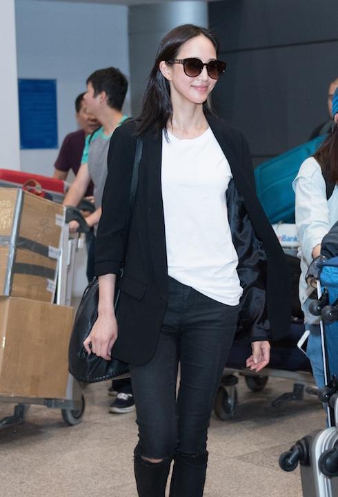 Trương Quân Ninh diện trang phục áo pull quần jean giản dị khi xuất hiện tại sân bay Tân Sơn Nhất