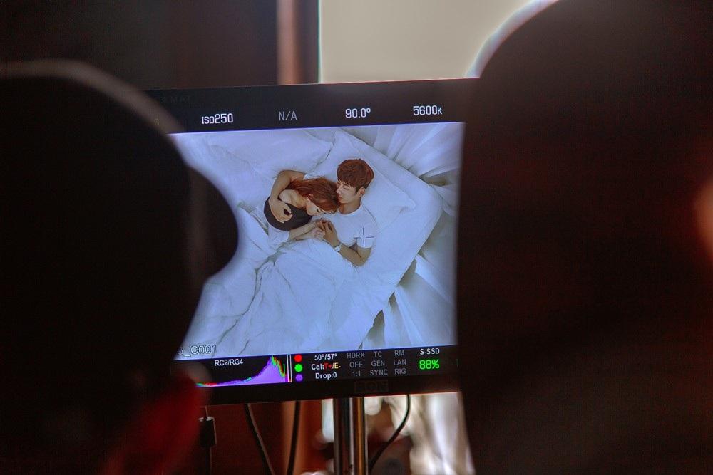 """Trước ống kính, giọng ca """"Anh cứ đi đi"""" không ngại ngùng diễn những cảnh thân mật cùng bạn diễn nam trong phòng ngủ."""