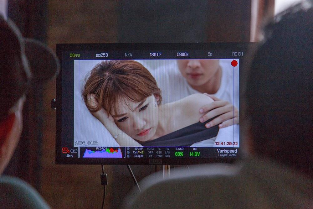 """Mới đây, ê-kíp thực hiện MV Anh cứ đi đi đã hé lộ một số hình ảnh hậu trường, trong đó có cảnh Hari Won và bạn diễn nam """"thân mật"""" trong phòng ngủ."""