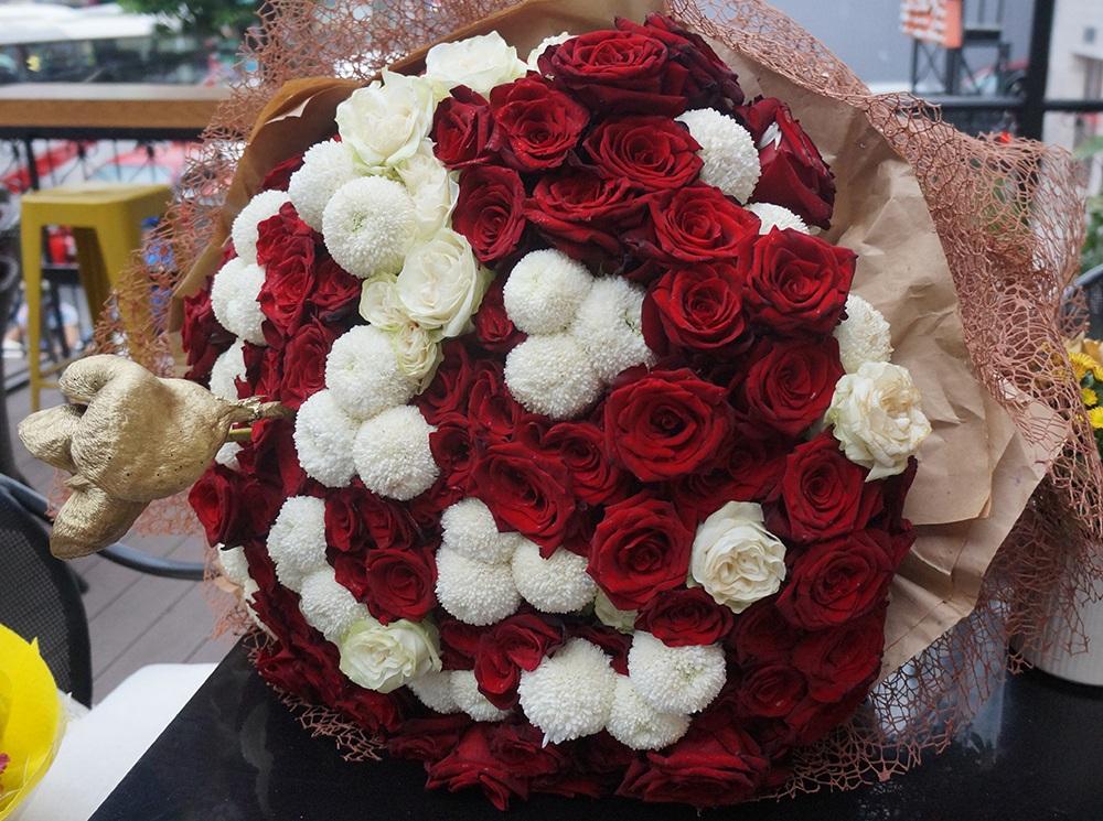 Cận cảnh bó hoa to đùng mà Trấn Thành dành tặng cho bạn gái