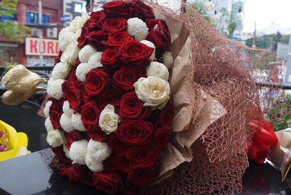 Bó hoa Trấn Thành tặng Hari trong ngày ra mắt sản phẩm mới. Bó hoa rất to, rất đặc biệt nên đã gây chú ý, chính vì vậy, rất khó để nói đây là hai bó hoa hoàn toàn khác nhau.