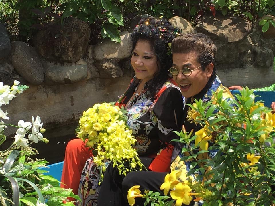 Hai chủ nhân đám cưới khá rạng rỡ, được ghe chở dạo quanh một vòng chào mừng mọi người đến tham dự tiệc cưới