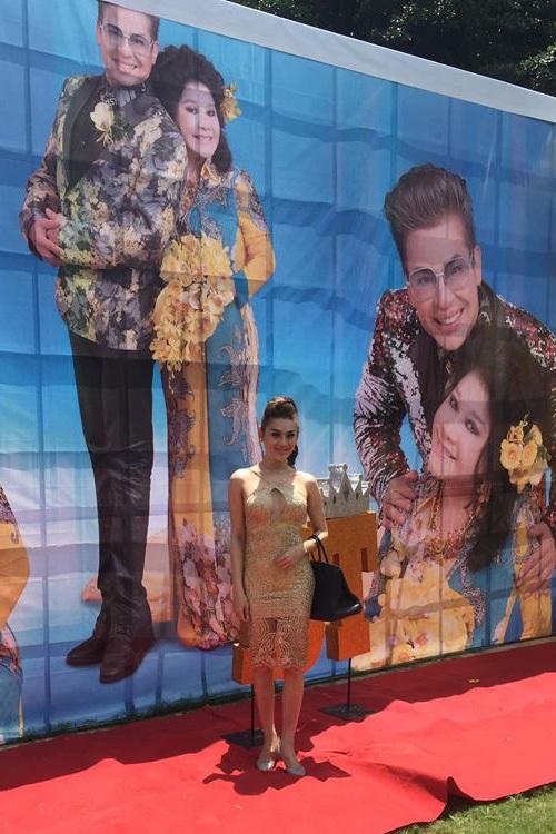 Lâm Chi Khanh trước backdrop đám cưới của MC Thanh Bạch - Thúy Nga