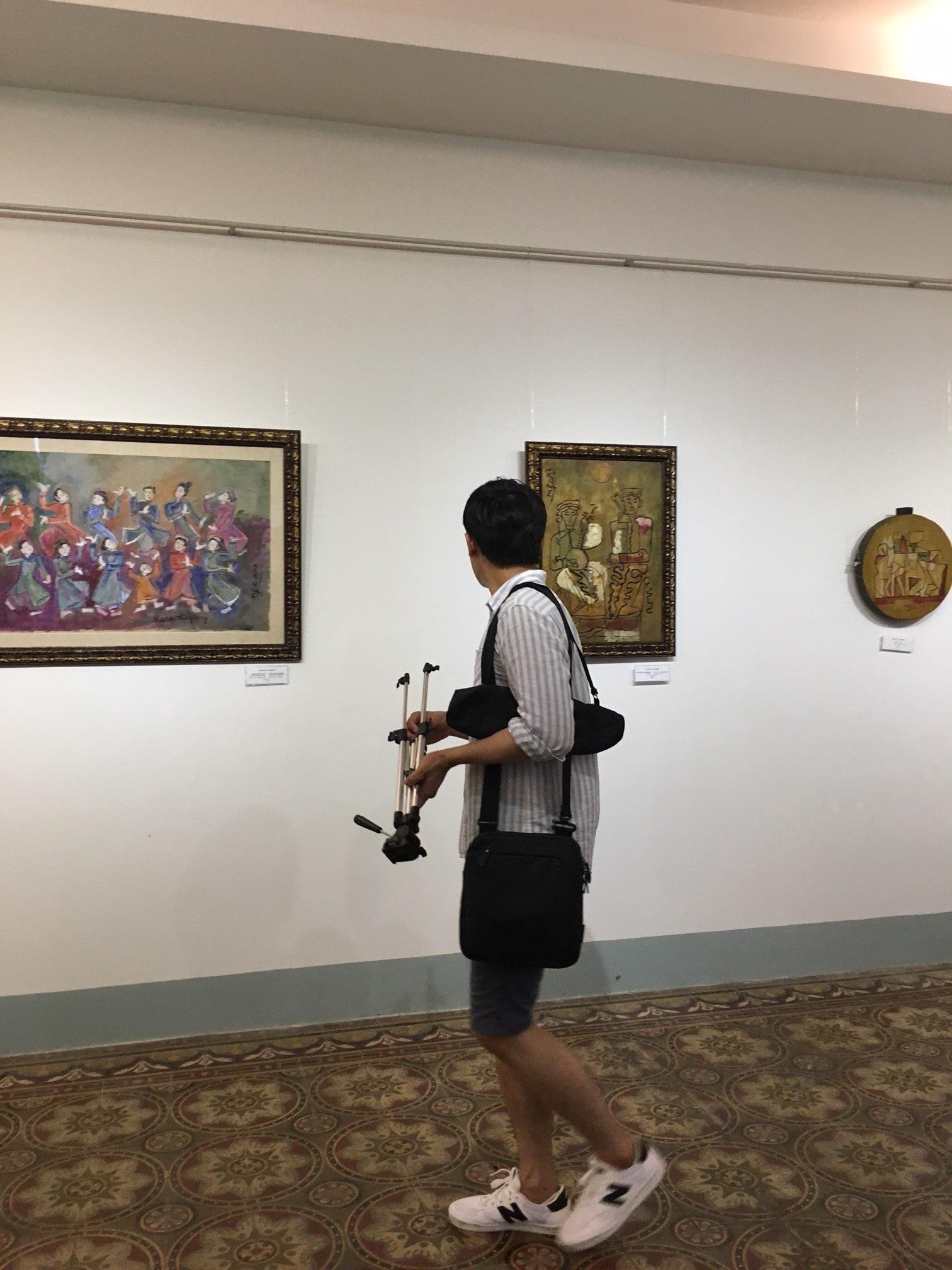 Vị khách cuối cùng của triển lãm gây tranh cãi vì tranh giả