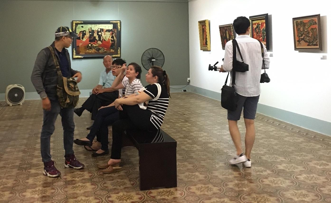 Các thành viên gia đình ông Vũ Xuân Chung có mặt tại viện bảo tàng nhưng không đồng ý trả lời hay chia sẻ thêm bất kỳ thông tin nào.