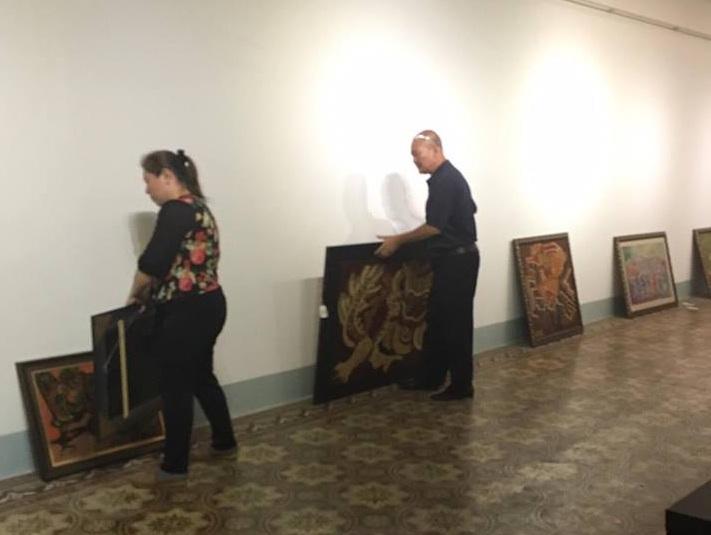 9h sáng nay, khi bảo tàng mở cửa, vợ chồng ông Vụ Xuân Chung đã mang những bức tranh của mình về