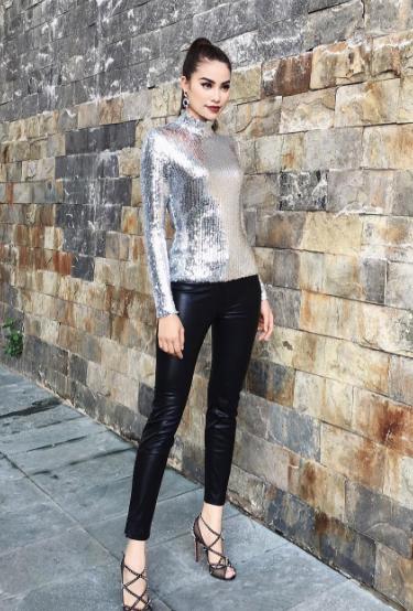 Tuần vừa qua, Phạm Hương cũng lựa chọn trang phục của một hãng thời trang tên tuổi, bộ cánh gặp phải nhiều nhận xét trái chiều bởi chiếc quần da khá kén dáng.