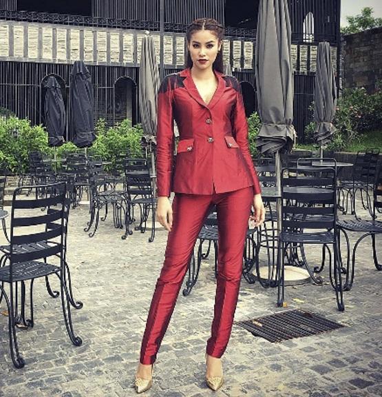 Cận cảnh bộ suit đỏ của Phạm Hương ở tập 5.