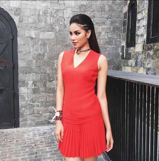 Phạm Hương nổi bật ngay từ tập đầu tiên với trang phục đỏ cá tính