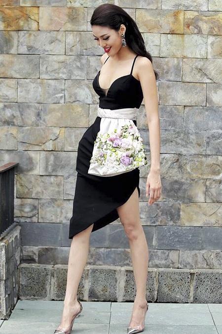 Lan Khuê đầy nữ tính trong bộ váy đen có phần thân dưới lạ mắt.