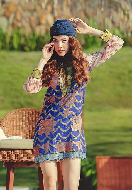 Trong thử thách tại Nha Trang, Hà Hồ vẫn tiếp tục lựa chọn trang phục của hãng thời trang mà cô yêu thích