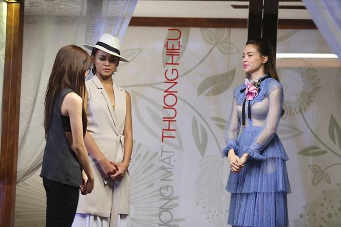 Bộ váy xanh nữ ca sĩ lựa chọn trong phần đánh giá và loại.