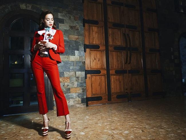 Bộ suit đỏ nổi bật được Hà Hồ sử dụng để gây ấn tượng với thí sinh.