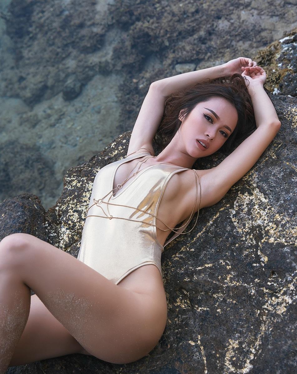 Ngọc Anh chia sẻ, những trang phục bikini mà cô diện trong bộ hình hoàn toàn là do chính tay cô thiết kế.
