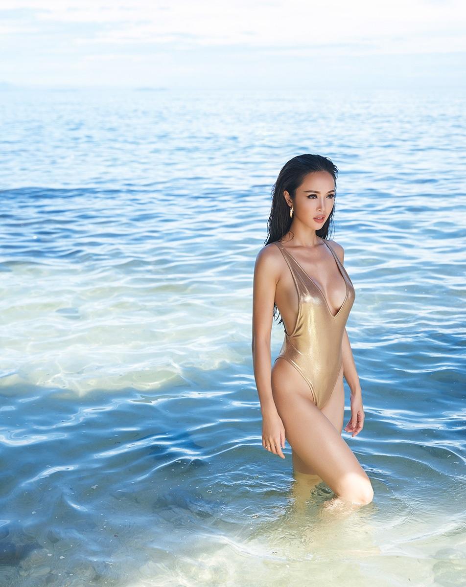 Quả thực, cùng với nét đẹp sang trọng, khỏe khoắn của Vũ Ngọc Anh, cảnh biển Lý Sơn hiện lên không hề thua kém những địa danh du lịch hàng đầu thế giới, như một shoot ảnh trên tạp chí quốc tế.