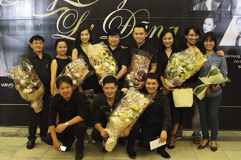 Ca sĩ Ánh Tuyết (áo jean) cũng có mặt trong đêm nhạc với tư cách khán giả (Ảnh: Minh Thái)