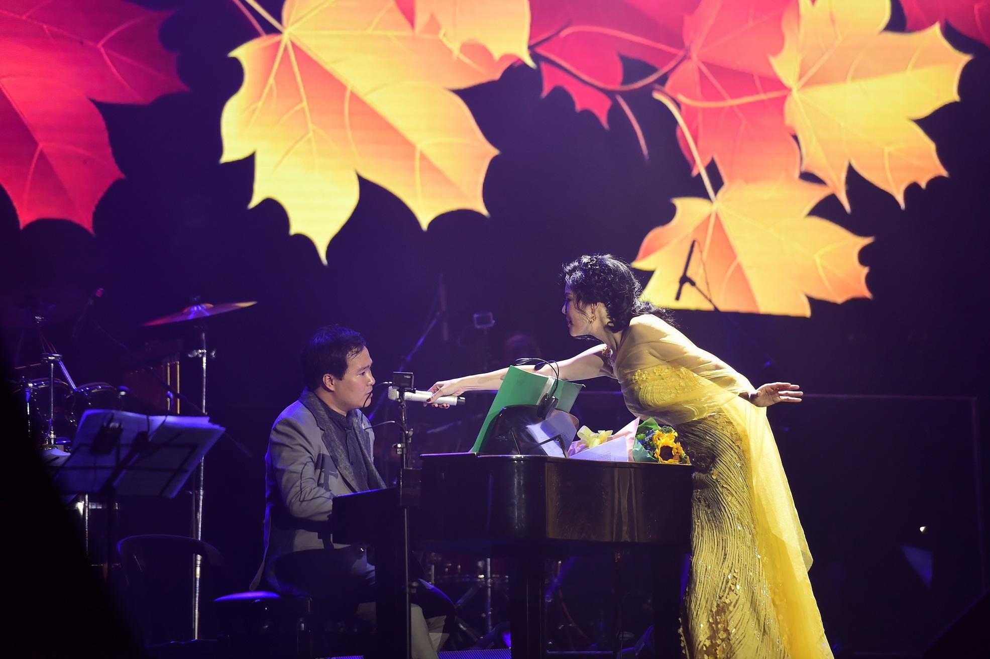 Nhạc sĩ Việt Anh còn đệm đàn cho phần trình diễn của ca sĩ Thu Phương.