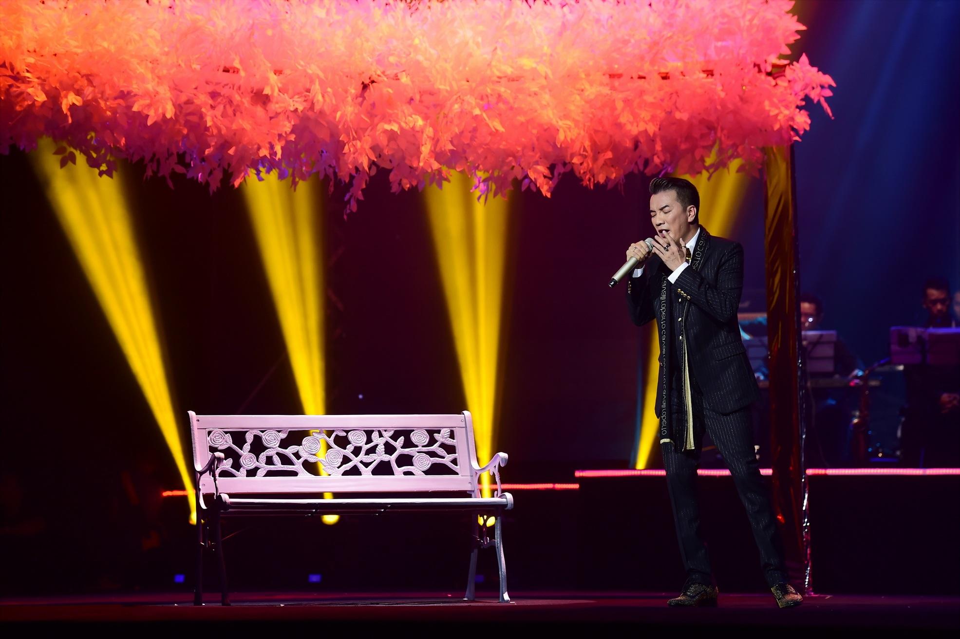 Anh cũng rất nồng nàn và quyết liệt với những tình khúc đậm dấu ấn Việt Anh nhưng được khoác lên phong cách riêng với chất giọng đặc biệt của Đàm Vĩnh Hưng.