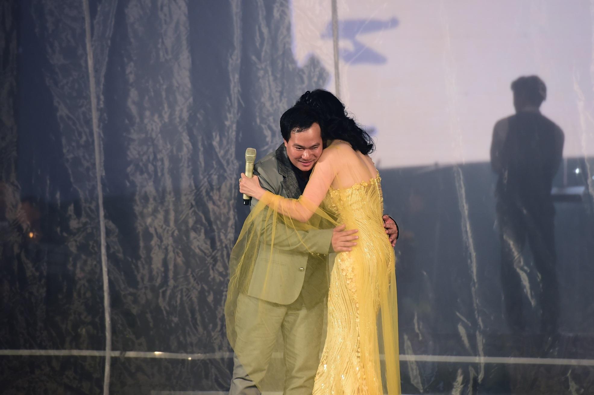 Nhạc sĩ Việt Anh cũng bất ngờ và có phần ngượng ngùng, thế nhưng Thu Phương khá thoải mái.